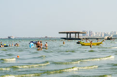 人们获得乐趣在黑海 库存照片