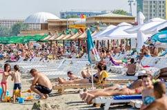 人们获得乐趣在黑海 免版税库存图片