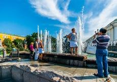 人们获得乐趣由喷泉四个季节在莫斯科 免版税库存照片
