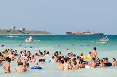 人们获得在海滩的乐趣 免版税库存图片