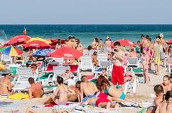 人们获得在海滩的乐趣 库存图片