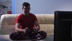 人从获胜高兴在中在控制台的网络游戏 影视素材