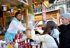 人从装饰的摊的购买薄煎饼在莱比锡 免版税图库摄影