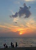 人们观看在Kata海滩,普吉岛海岛的日落 库存照片