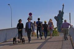 人们观看法国人自由女神像复制品,从河塞纳河的看法-巴黎,法国, 2015年8月1日-被给了公民  免版税库存图片