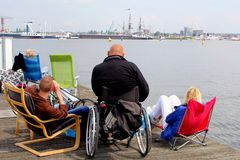 人们观看tallships和小船在风帆2015年事件期间在阿姆斯特丹,荷兰 免版税库存图片