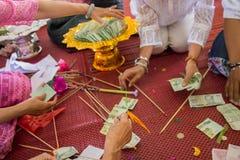 人们计数二十泰铢泰国钞票 免版税图库摄影