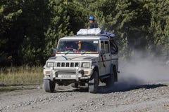 人们设法到达他们的目的地,驾驶通过在安纳布尔纳峰迁徙的道路的山路 喜马拉雅山尼泊尔 免版税图库摄影