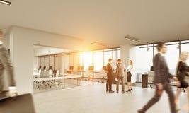 人们谈话在有玻璃会议室的办公室 库存照片
