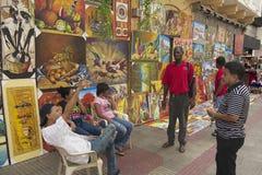人们谈话在街道在圣多明哥,多米尼加共和国 免版税图库摄影