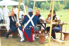 人画象吃历史的服装的午餐 图库摄影
