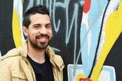 年轻人画象对五颜六色的墙壁 库存照片