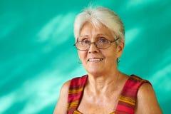 人画象愉快的年长西班牙妇女老古巴夫人 免版税库存图片