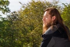 人画象有一个长的胡子和一根长的头发的去与 库存图片