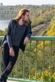 人画象有一个长的胡子和一根长的头发的去与 图库摄影
