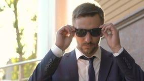 人画象看的衣服的去除他的太阳镜和直接 迟缓地 股票录像