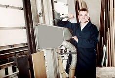 人画象运转在大自动锯machin的制服的 免版税库存图片