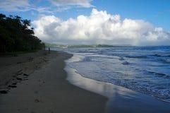 人们走关于2016年12月31日,马提尼克岛海岛的La金刚石海滩,  图库摄影