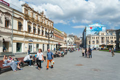 人们走和坐在Kuznetsky的长凳多数街道 免版税图库摄影