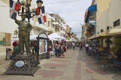 人们走在步行街道在圣多明哥,多米尼加共和国 免版税库存照片