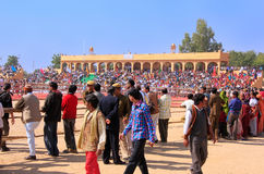 人们走在沙漠节日地面附近的, Jaisalmer,印度 库存照片