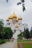 人们走往Dormition教会在雅罗斯拉夫尔市市,俄罗斯 库存图片