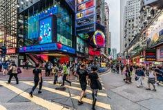 人们走的购物的铜锣湾香港 库存图片