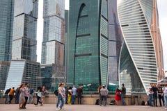 人们走,休息并且拍摄了反对国际商业中心莫斯科城市的背景 库存图片