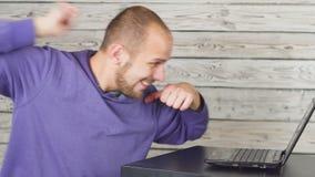 人-足球迷,在互联网观看一足球赛 影视素材