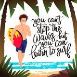 人-跑与冲浪板的冲浪者 免版税库存图片