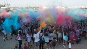人们跳舞在色的战争事件的,拉纳卡,塞浦路斯 免版税库存照片