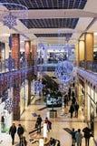 人们输入到大都会商店在圣诞节前,俄罗斯 免版税图库摄影