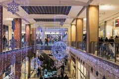 人们输入到大都会商店在圣诞节前 免版税图库摄影