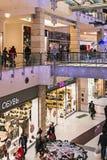 人们输入到大都会商店在圣诞节前 库存图片
