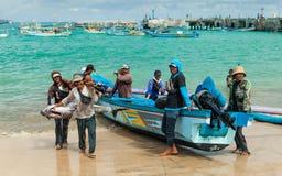 人们运载在市场Jimbaran上的一条巨大的鱼金枪鱼在热带海岛巴厘岛上 免版税库存图片