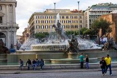 人们临近喷泉Nayads在共和国正方形在罗马,意大利 免版税库存图片