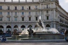 人们临近喷泉Nayads在共和国正方形在罗马,意大利 库存图片