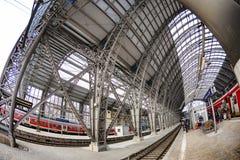 人们进入火车在法兰克福主要火车statio 免版税库存照片