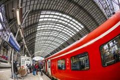 人们进入火车在法兰克福主要火车statio 图库摄影