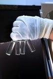 人们递拿着分析的试管小瓶集合在气体液体色谱分析仪 插入实验室的实验员 免版税库存照片