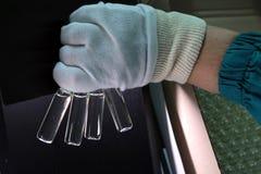 人们递拿着分析的试管小瓶集合在气体液体色谱分析仪 插入实验室的实验员 库存图片