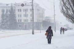 人们通过大雪做他们的方式,恶劣的可见性 雪风暴在市切博克萨雷,楚瓦什人共和国,俄罗斯 01/17/2 免版税库存照片