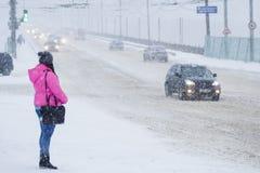 人们通过大雪做他们的方式,恶劣的可见性 雪风暴在市切博克萨雷,楚瓦什人共和国,俄罗斯 01/17/2 库存图片