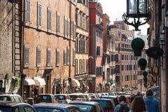 人们通过弗朗切斯科Crispi在罗马市 免版税库存照片