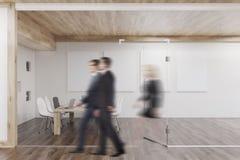人们通过有有四根帐杆的卧床的会议室 免版税库存照片