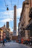 人们通过Santo斯特凡诺在波隆纳城市 免版税库存图片