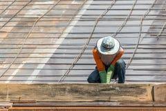 人建造场所的建筑工人 免版税图库摄影