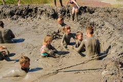 人们采取与愈合泥的做法 俄国 库存照片
