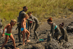 人们采取与愈合泥的做法 俄国 免版税库存照片