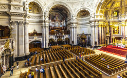 人们从里边参观柏林大教堂 免版税库存照片